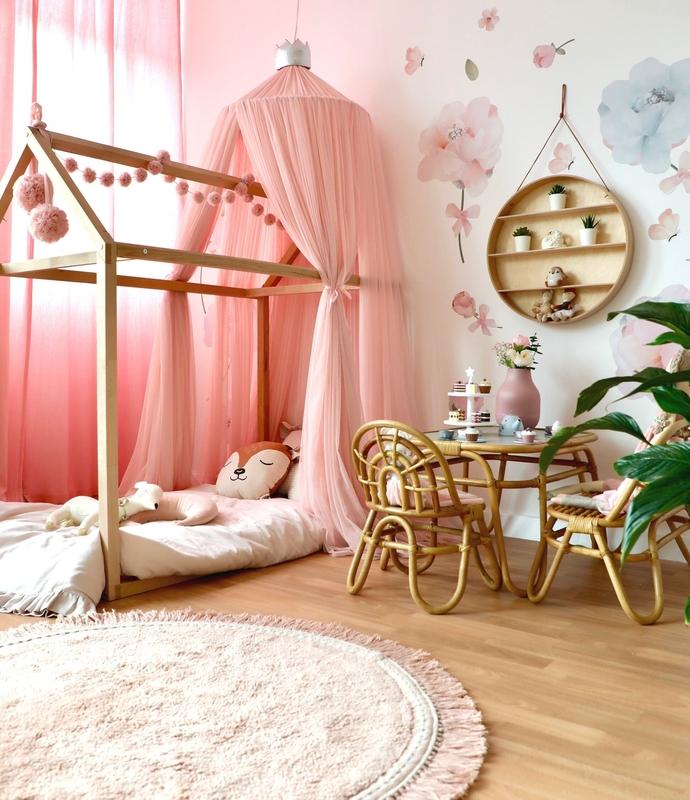Kinderzimmer mit Hausbett und Rattan-Deko